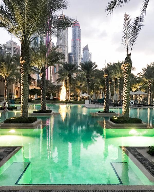 Derrière la piscine du Palace se profile l'impressionnante skyline de Dubai Marina © YONDER.fr