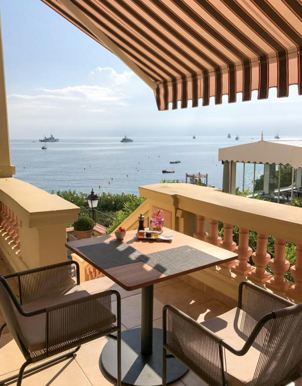 """Cette table, au bout de la terrasse du restaurant """"La Table du Royal"""", est recommandée pour prendre son petit-déjeuner © Yonder.fr"""