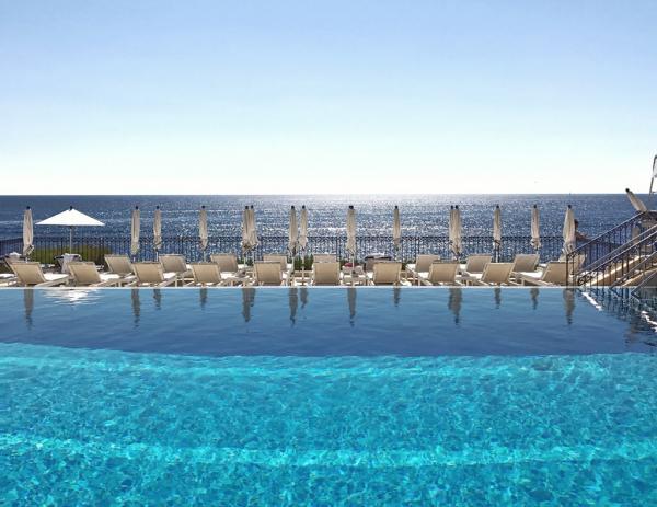 La piscine du Club Dauphin (Four Seasons Grand-Hôtel du Cap-Ferrat) est l'une des plus belles piscines d'hôtels d'Europe © Yonder.fr