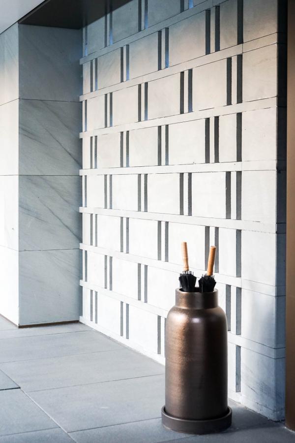 Décor minimaliste dans les couloirs extérieurs menant aux suites © YONDER.fr