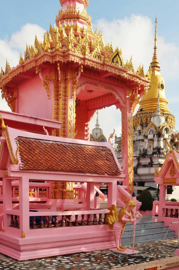 Un temple thaïlandais, lors de notre visite matinale au marché local © Constance Lugger