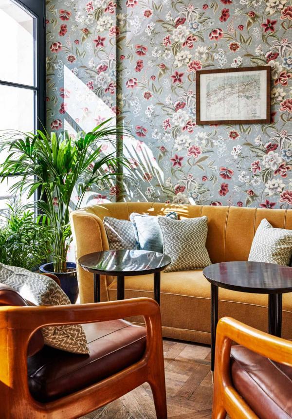 Parquet, fauteuils club et plafonds vintage au Jacque's Bar © Alan Jensen