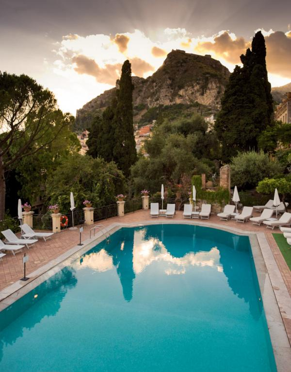 Coucher de soleil sur la piscine © Belmond