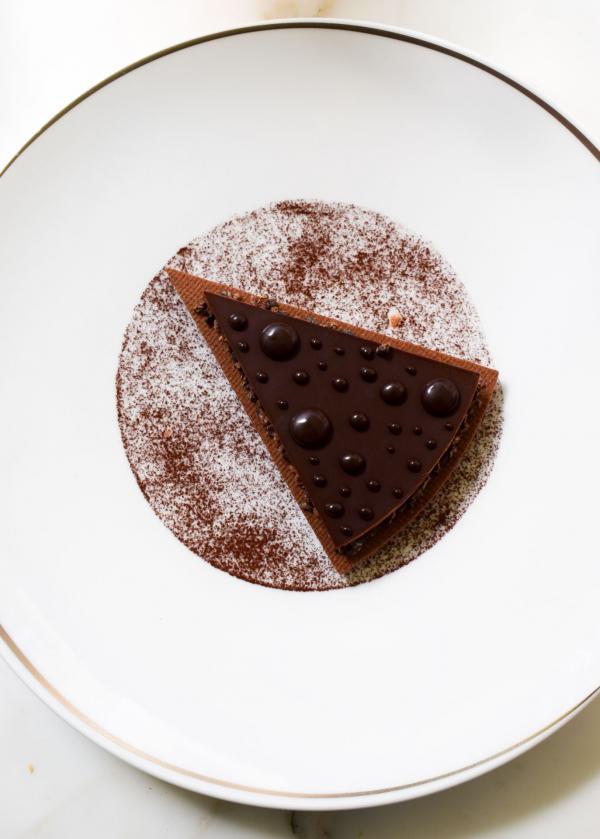 Tarte aux Deux Chocolats, lait pour sa douceur, noir pour son intensité © YONDER.fr