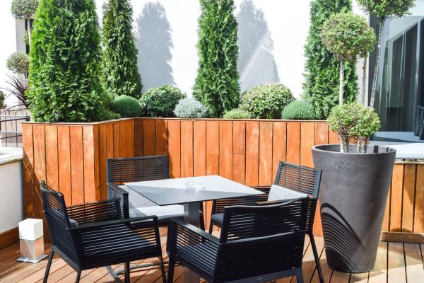Coin salon sur la terrasse privative de la Suite Terrasse © Five Seas Hotel
