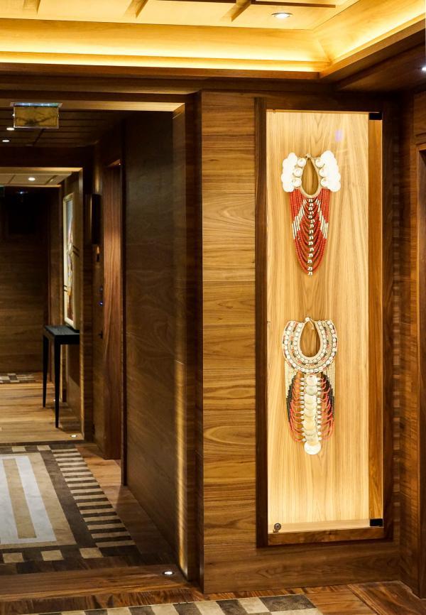 Atmosphère muséale dans les couloirs de l'hôtel, où sont exposées de nombreuses œuvres d'art © YONDER.fr