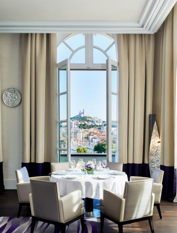 Décor contemporain et vues sur la ville dans le restaurant étoilé Alcyone (1*) © IHG