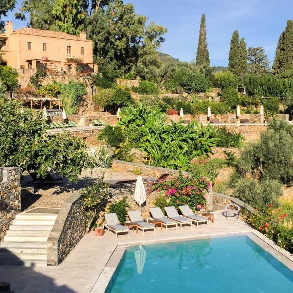 Vue sur la piscine principale de l'hôtel depuis la terrasse du restaurant © MB | YONDER.fr