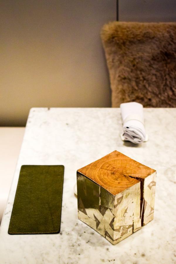 Les tables de marbre du restaurant ne sont pas nappées, ajoutant à la modernité de la salle © YONDER.fr