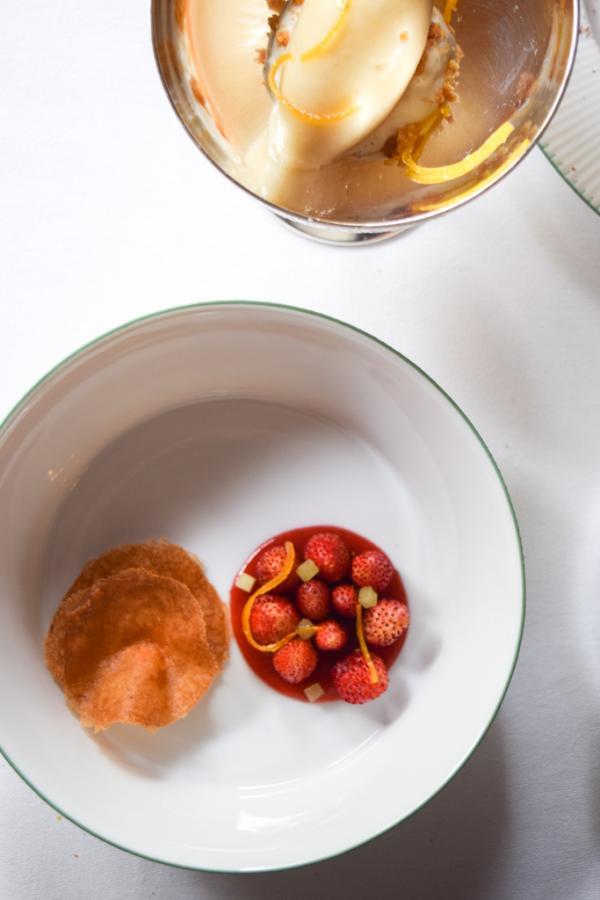 Déclinaison de douceurs : Fraises des bois, laitue celtuce, orange, gavotte © Yonder.fr