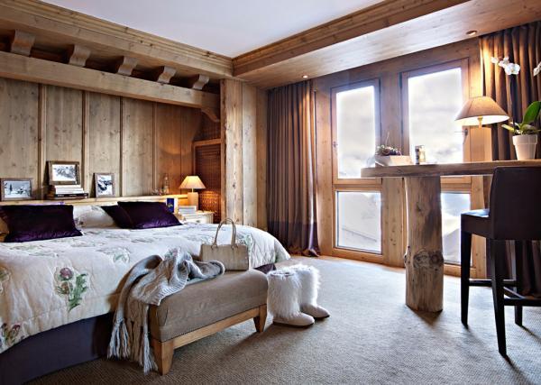 Le chic alpin dans la chambre principale d'une Suite de l'Ourson © Les Barmes de l'Ours