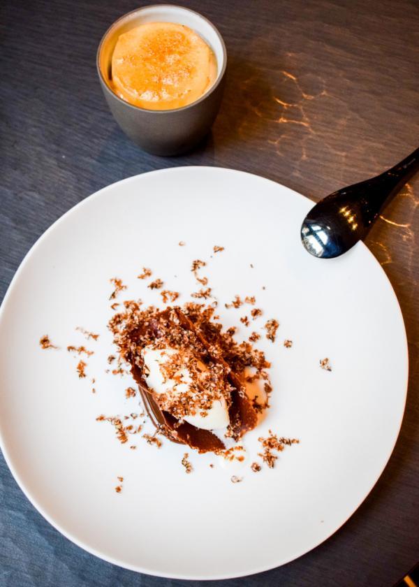 """"""" Jouissance """" (Chocolat / Praliné / Truffes / Sirop d'érable / Noix / Glace verte) © YONDER.fr"""