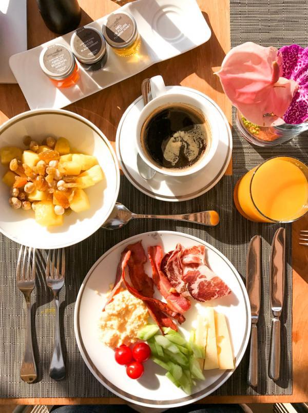 Petit-déjeuner copieux en terrasse © Yonder.fr