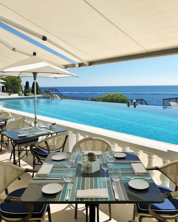Le Club Dauphin possède par ailleurs son propre restaurant... au bord de la piscine © Yonder.fr