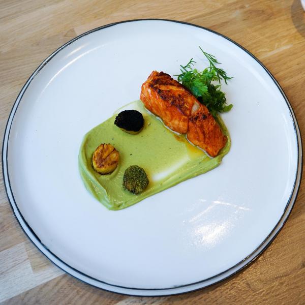 Cabillaud mariné à l'achiote, mousseline d'avocat, ananas rôti, salade d'herbes © YONDER.fr