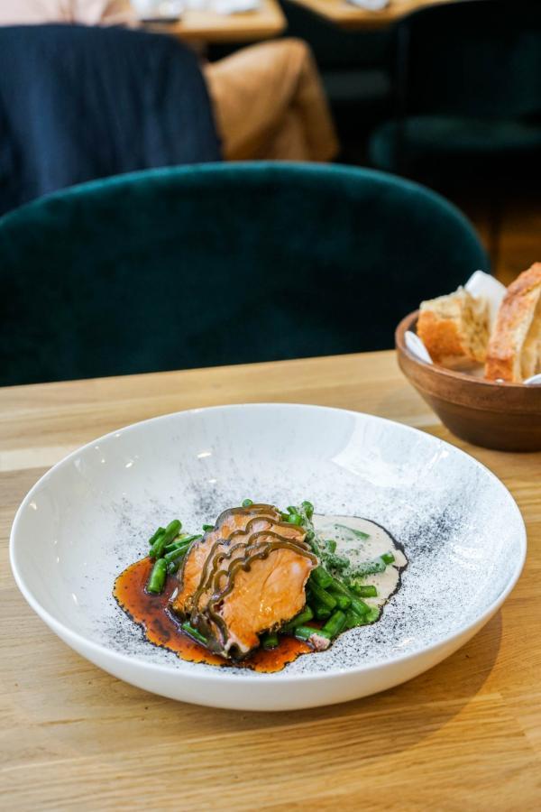 Quasi de veau mariné au kombu, haricotto (haricots et salicornes, cuits comme un risotto), émulsion champignons, jus de veau © YONDER.fr