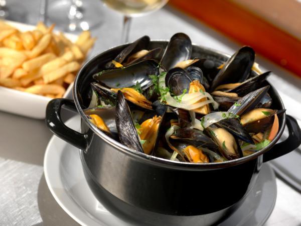 Les moules-frites, l'une des grandes spécialités culinaires du pays © Visit Flanders / www.milo-profi.be