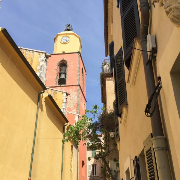 Ruelles colorées dans le centre historique du village   © Yonder.fr