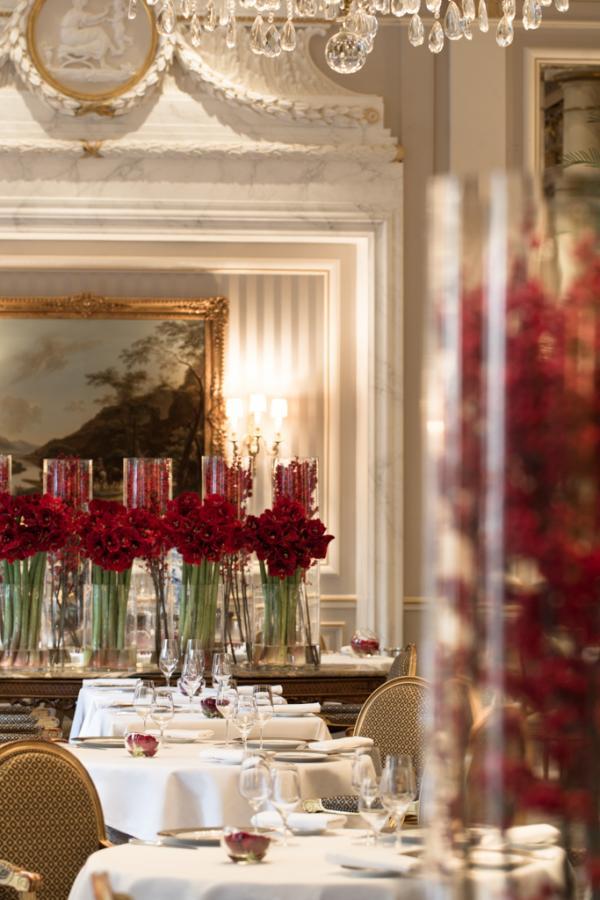 Intérieur fastueux dans la salle de restaurant du Cinq © Yonder.fr