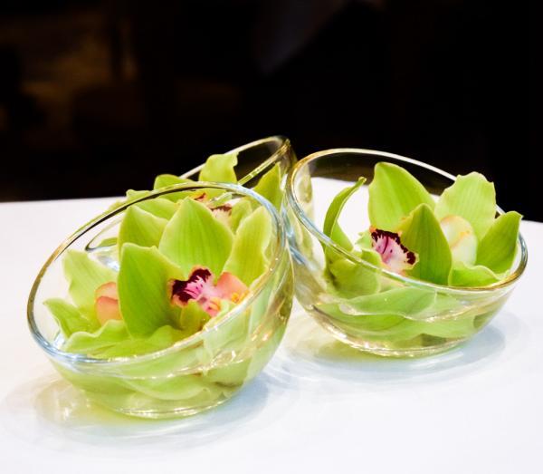 Décorations florales contemporaines sur les tables © Yonder.fr