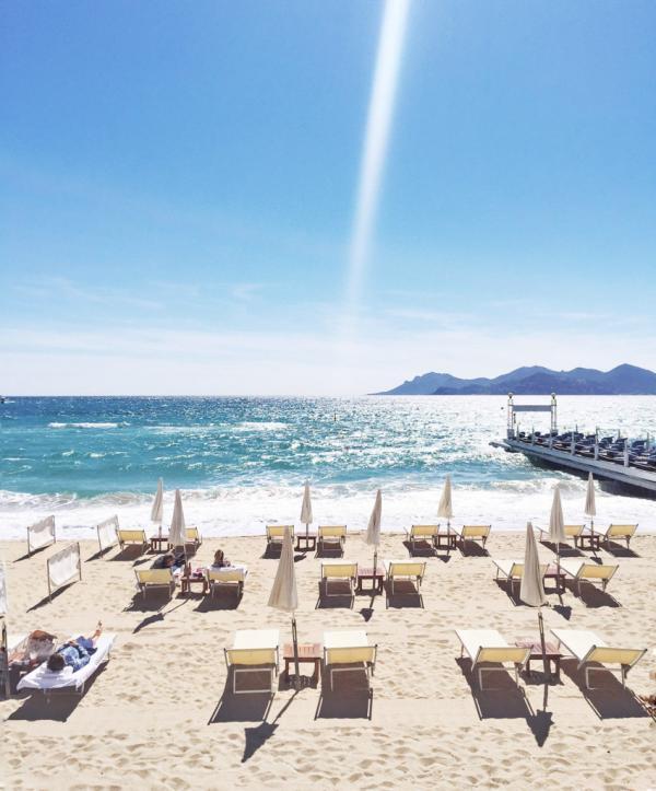Sous le soleil de la plage du Martinez © Yonder.fr
