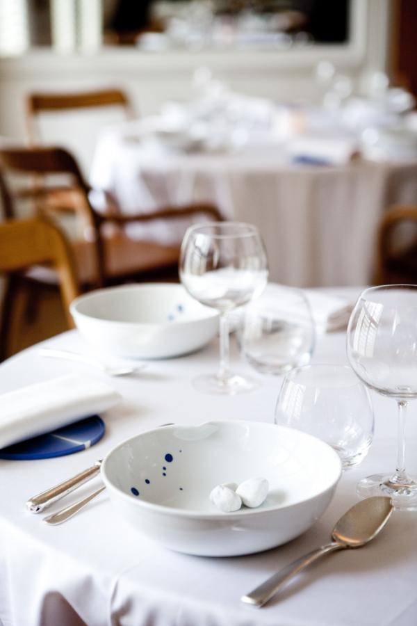 La vaisselle est signée par le designer et céramiste belge Pieter Stockmans © Pierre Monetta
