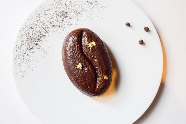 Grain de café meringué, glace vanille, sucre brut © Yonder.fr