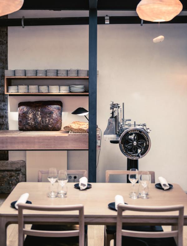 Design clair et minimaliste à l'intérieur du restaurant © Jérôme Galland