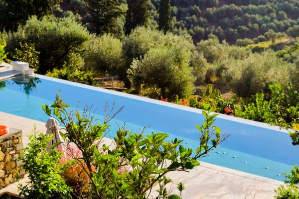 La piscine infinity vue d'un sentier © MB | YONDER.fr