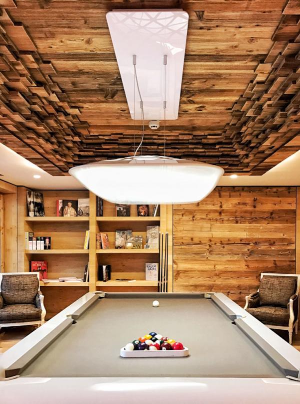 ... et pour les plus grands, un billard, installé sous un magnifique plafond de bois sculpté © YONDER.fr
