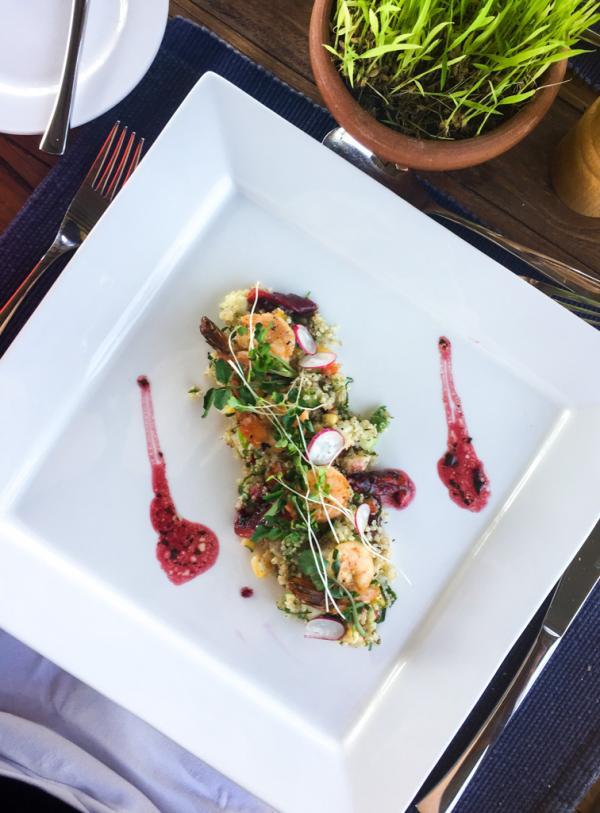 Salade quinoa crevettes grillées et petit légumes au déjeuner © Constance Lugger