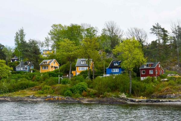Les paysages pittoresques du fjord, ponctués de maisons en bois. © Pierre Gunther.