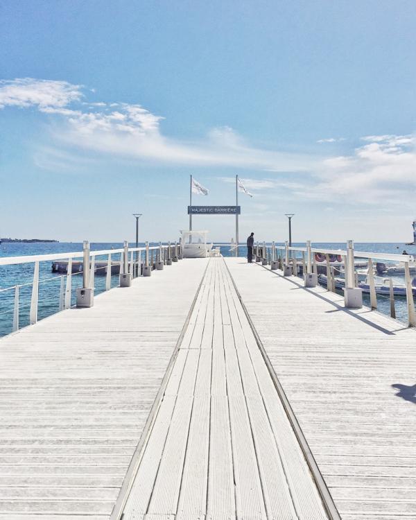 """Le ponton blanc immaculé du Majestic. Pendant la saison estivale, des """"day beds"""" y sont installés © Yonder.fr"""