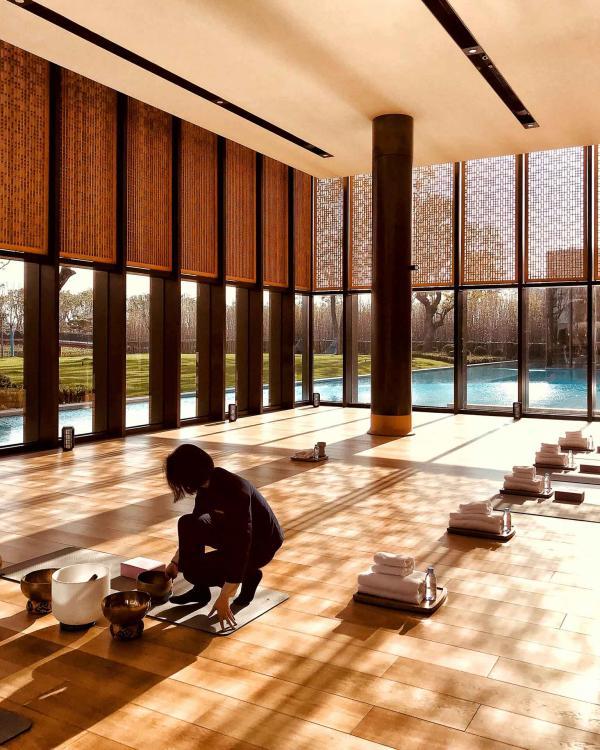 Séance de méditation dans le vaste studio de yoga et pilates, baigné de lumière naturelle © YONDER.fr