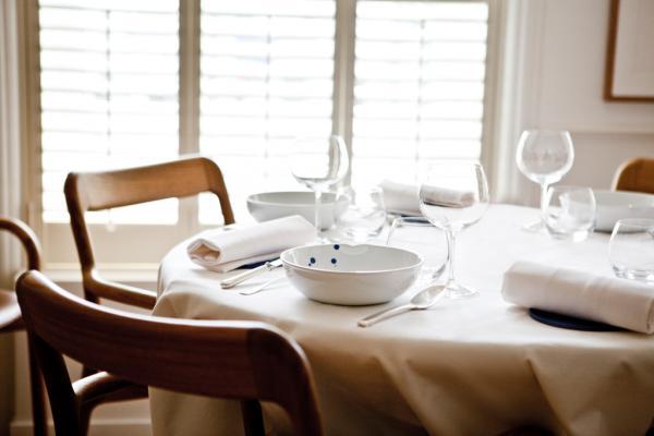 À l'étage, une salle claire, lumineuse, sobre, particulièrement agréable pour déjeuner © Pierre Monetta