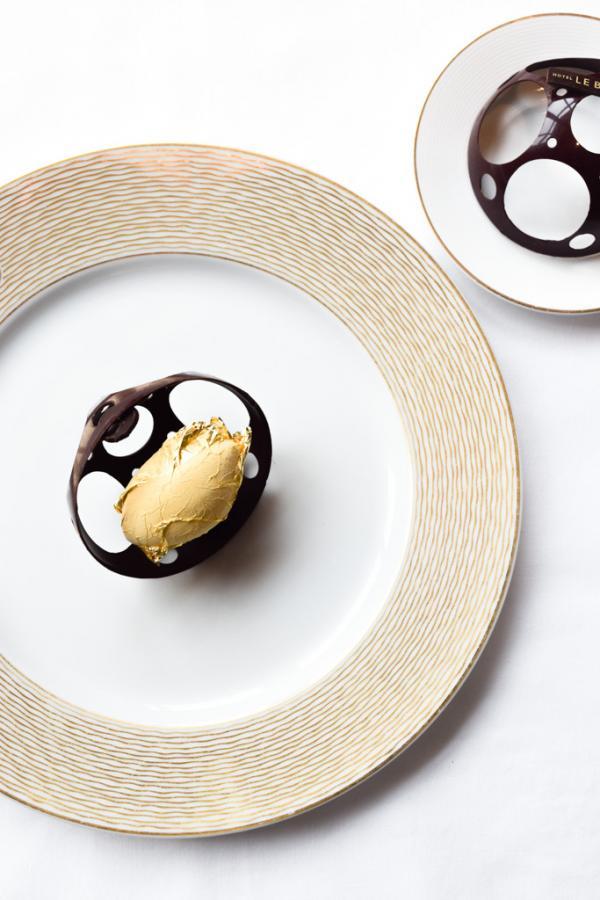"""Précieux chocolat """"Nyangbo"""", cacao liquide, fine tuile croustillante, sorbet doré à l'or fin © Yonder.fr"""