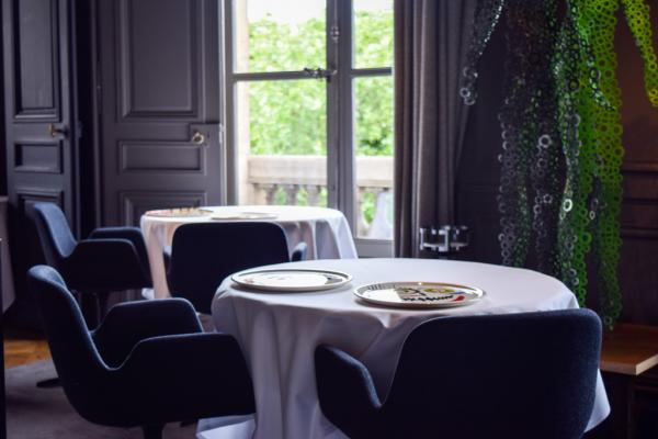 Partout dans le restaurant, des oeuvres d'art contemporain, comme ici sur la droite, L'Homme de Bessines de Fabrice Hyber © Yonder.fr