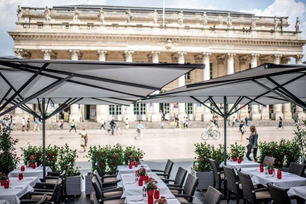 La terrasse de la brasserie Le Bordeaux, face au Grand Théâtre © M. Mamontoff
