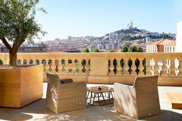 Sur la terrasse de l'InterContinental Marseille – Hôtel Dieu © IHG