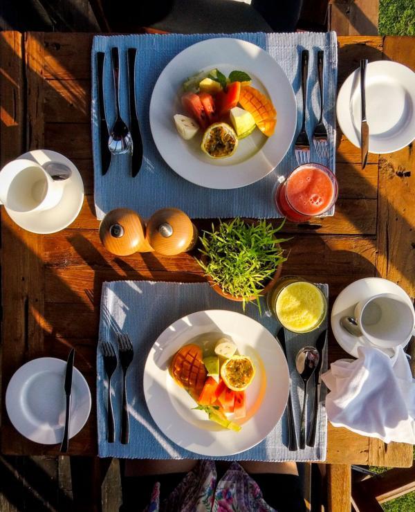 Petits-déjeuner copieux après une séance de yoga revigorante © Constance Lugger
