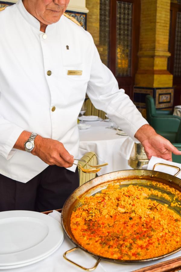 La traditionnelle paella, servie pour deux personnes au Restaurant San Fernando (Hôtel Alfonso XIII) © Yonder.fr