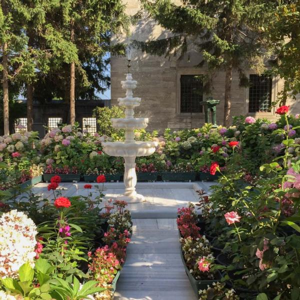 Jardin idyllique autour de la mosquée Süleymaniye © Yonder.fr