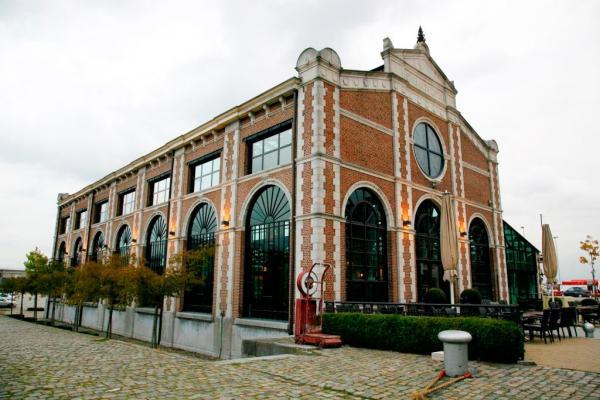 L'extérieur du restaurant : une giangtesque halle de briques posée dans la zone portuaire © Het Pomphuis