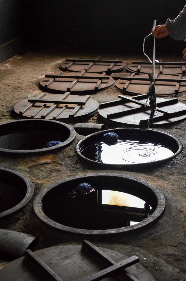 Les grandes cuves de décoction d'indigo servant à teindre les tissus. © Pierre Gunther