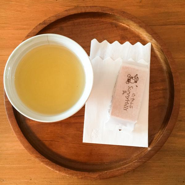 Particularité étonnante de Sunny Hills : chaque personne qui franchit la porte du magasin se voit offrir un thé oolong et une petite part de la pâtisserie à l'ananas maison| © Yonder.fr