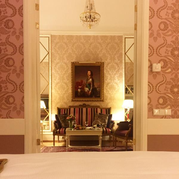 Luxe absolu dans l'une des suites du Grand Hotel Europe © YONDER.fr