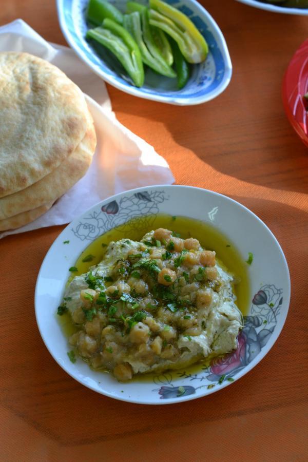 Houmous surmonté de pois chiche, le tout arrosé d'huile d'olive © Mélissa Leroux