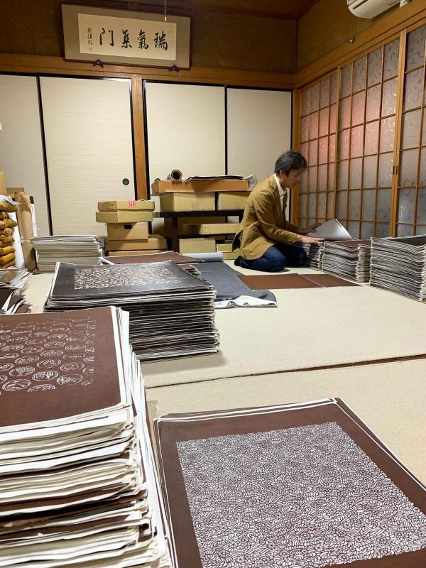 Monsieur Okoshi dans sa réserve de katagamis.