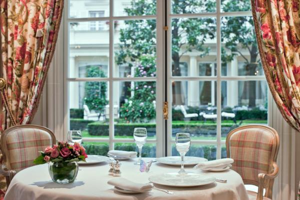 Table avec vue sur le jardin du Bristol, le plus grand jardin d'hôtel à Paris © Le Bristol Paris