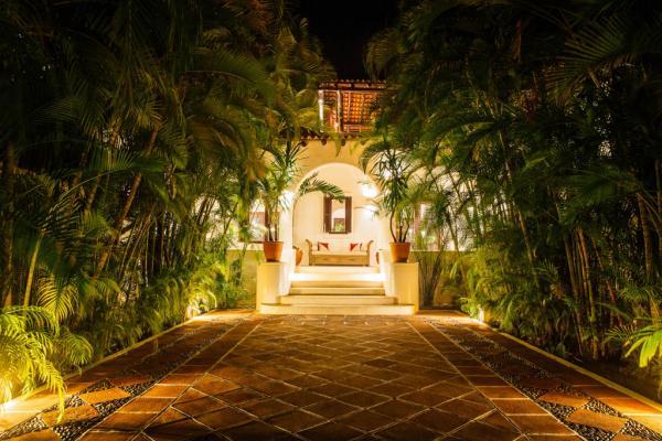 Vers la villa principale, une fois la nuit tombée © Yonder.fr